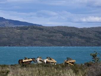 Лошади с поклажей на берегу озера Pehoe.