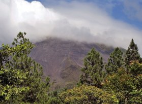 Вулкан Аренал, скрытый за облаком.