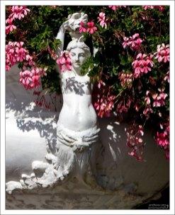 Украшение на цветочной вазе в саду около замка Шенонсо.