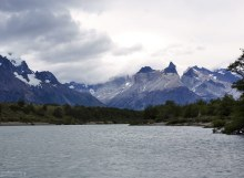 Гранитные рога Los Cuernos с уровня реки Grey.