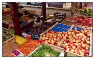 Свежий урожай яблок, персиков и фиг. Ланже.