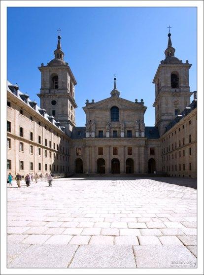 Собор Эскориала (The basilica of San Lorenzo el Real) и Королевский двор (Patio de los Reyes).