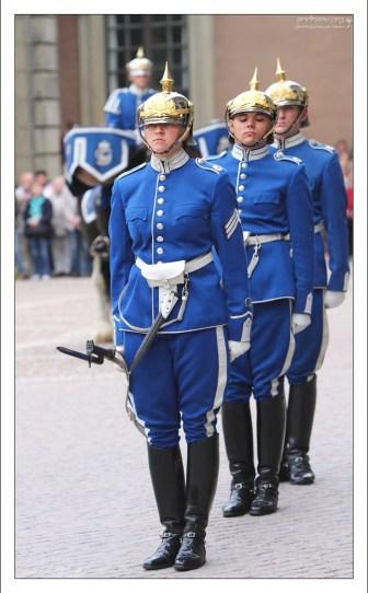 Торжественная смена караула во дворе Стокгольмского королевского дворца.