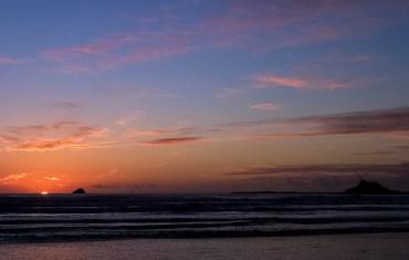 Солнце почти скрылось в Тихом океане, лишь слегка выглядывая из-за горизонта.