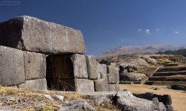 В стенах было несколько ворот в форме трапеции, которые могли запираться с помощью каменных блоков. Церемониальный комплекс Саксайуаман.