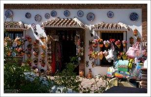 Магазин сувениров в городке Михас.