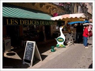 Места, где продается фуа-гра, обычно обозначаются каким-либо около-гусиным символом. Фермерский рынок в Le Bugue.
