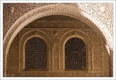 Особенностью архитектурного декора Альгамбры является резьба по штукатурке.