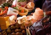Картошка, сыры и разносолы на рынке в Наске.