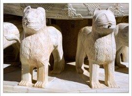 12 львов держат на спинах двенадцатигранную чашу.