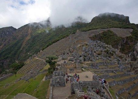 В центре расположены руины Храма трех окон.