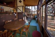 Веранда арендованного домика Mossy Break Camp.