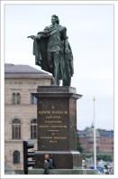 Памятник королю Густаву III на набережной Шеппсброн.