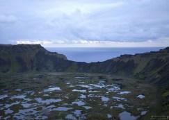 Гребень кратера Rano Kau и обрыв в Тихий океан.