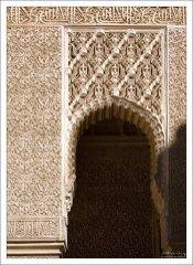 Для мавров-архитекторов всегда было обязательным украшать строение декором, а не строить украшения.