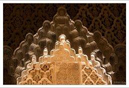 Десятки ячеек-мукарнов, наполненных естественным светом и тенью.