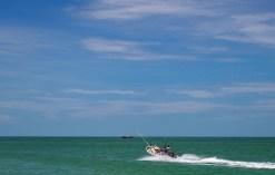Рыбацкая лодка пиратского вида.