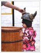 Саша примеряет шлем викингов.