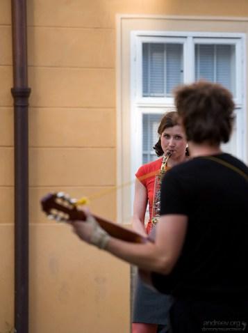 Молодые уличные музыканты.