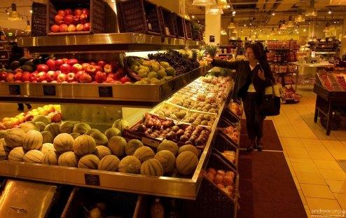 """Фруктово-овощной отдел в супермаркете """"La Grande Epicerie""""."""
