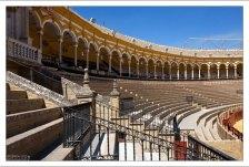 Ступеньки-места для просмотра корриды на арене Plaza de Toros de la Maestranza.
