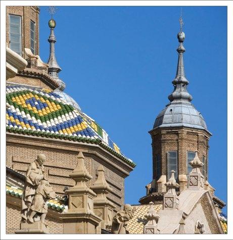 Цветная черепица куполов Кафедрального собора Богоматери Пилар. Сарагоса, Испания.