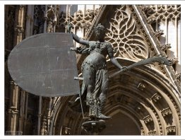 """Аллегорическое изображение Веры (""""The Triumph of Faith"""") перед входом в Севильский собор."""