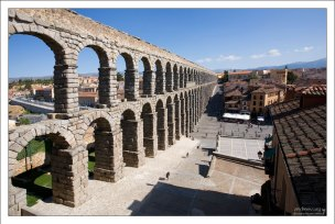 Древнеримский акведук в центре города. Сеговия, Испания.