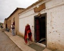 Пончо из шерсти альпаки - самый ходовой товар. San Pedro.