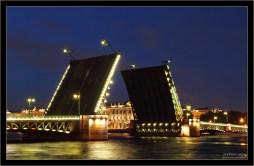 Дворцовый разводной мост через Неву. Слева - Васильевский остров, справа - Зимний дворец.