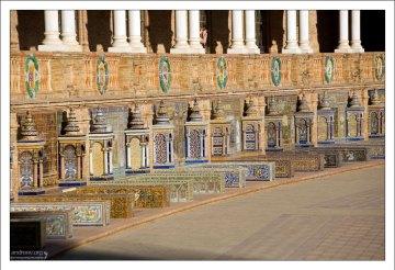 Ниши, посвященные всем провинциям Испании, богато украшены плиткой азулежу. Площадь Испании.