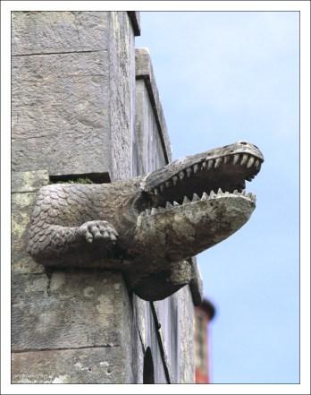 Крокодилы вместо горгулий на стенах Дворца Пена.