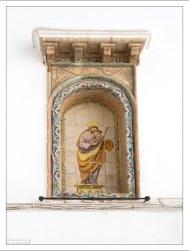 Выложенный плиткой образ на стене обычного жилого дома. Аркос-де-ла-Фронтера, Андалузия, Испания.
