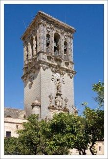 Срезанная по горизонтали колокольня, сильно пострадавшая при Лиссабонском землетрясении 1755-го года. Церковь Св. Марии. Аркос-де-ла-Фронтера, Андалузия, Испания.