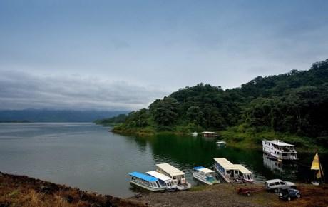 Восточное побережье озера Аренал и лодки.