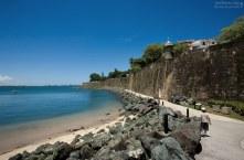 Набережная вдоль городской стены - отличное место для прогулок. Сан-Хуан.