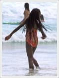 Местная девочка на пляже Worthing beach.