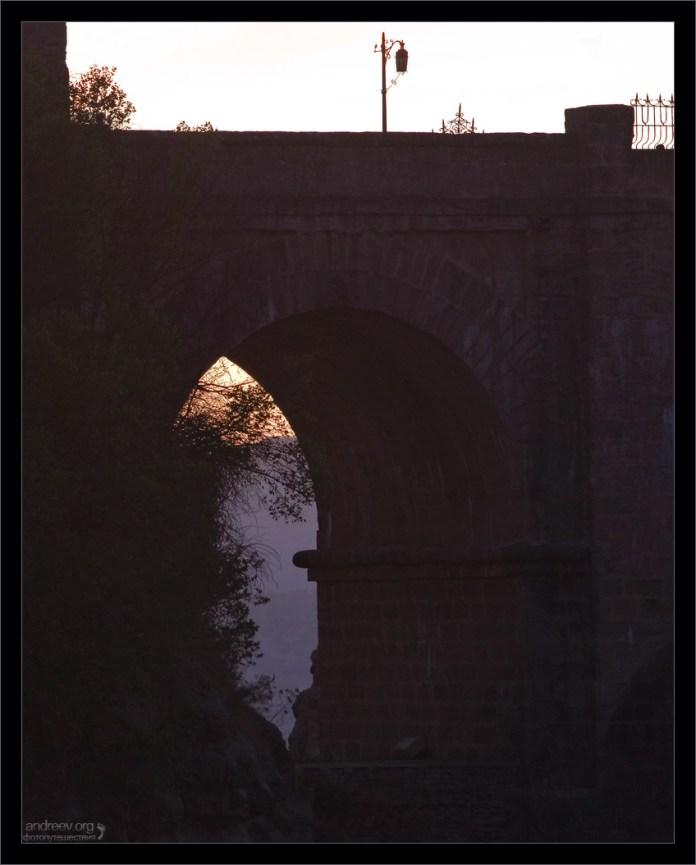 Центральный пролет Puente Nuevo на закате. Ронда, Андалузия, Испания.