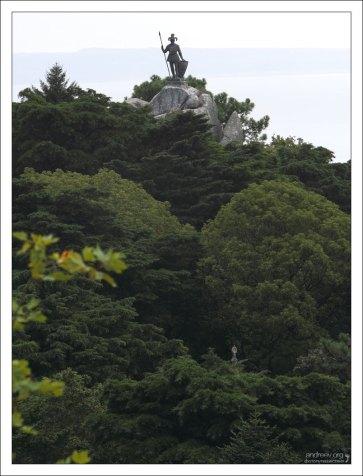 Статуя Воина (Statue of the Warrior), видимая с террасы Дворца Пена.