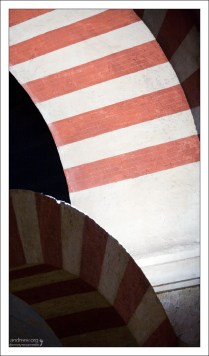 Внутренняя поверхность арок в Меските.