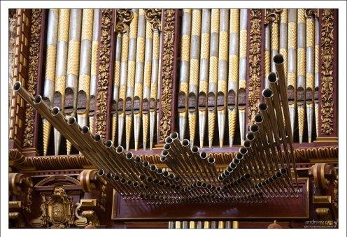 Массивный орган, занимающий целую стену.