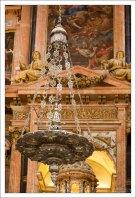 Лампада, размещённая перед образами в соборе Мескиты.