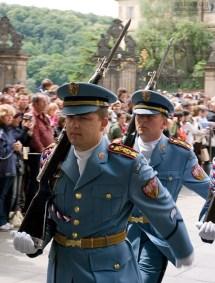 Если на пути у гвардейцев окажется незадачливый турист, они начинают раздувать щеки, и бить прикладами о землю, чтобы народ расступился.