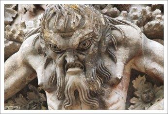 Тритон с неласковым выражением лица. Дворец Пена.