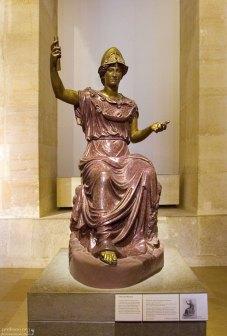 """Античная статуя """"Сидящая Минерва"""" из красного порфира и бронзы. Лувр."""