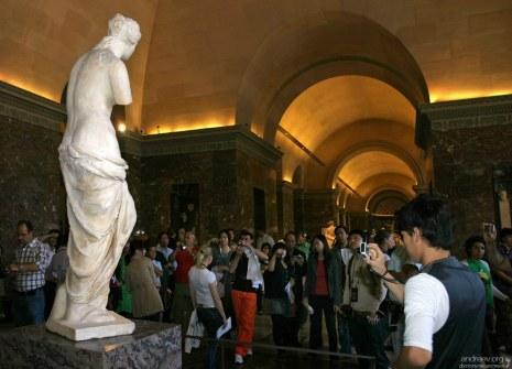 Венера Милосская и толпа. Лувр.