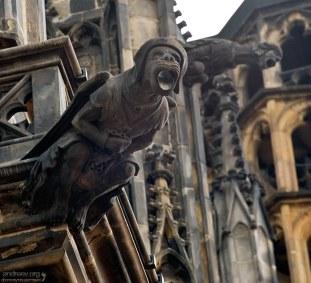 Грозные горгульи на стенах собора Св. Вита предназначались для поливания врагов кипящим маслом.