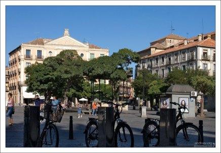 Велосипедная стоянка в центре. Сеговия, Испания.