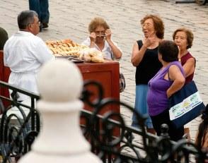 Продавец булочек и покупательницы. Кампече, полуостров Юкатан.