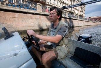 Илья ведет лодку по каналу Грибоедова.